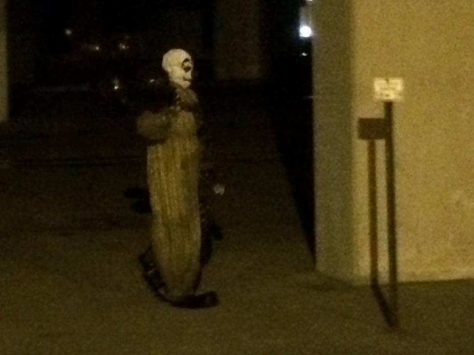 Por las noches, recorre las calles de Green Bay en Winsconsin.  (Foto: Gags-The Green Bay Clown/Facebook)