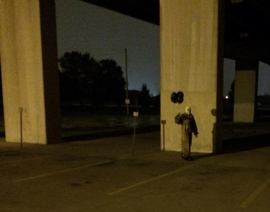 El personaje lleva consigo cuatro globos negros. (Foto: Gags-The Green Bay Clown/Facebook)