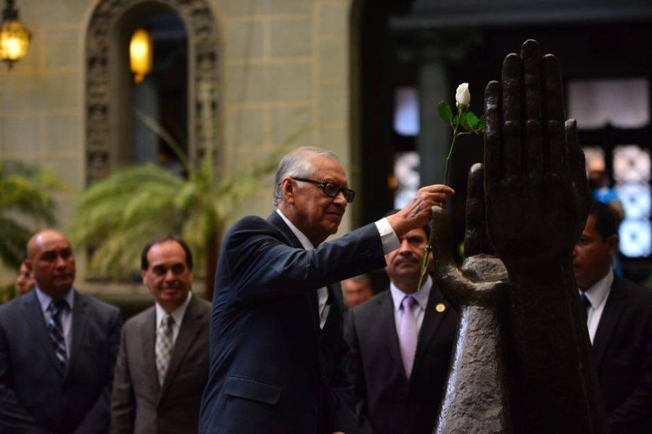 El presidente Alejandro Maldonado cambió la Rosa de la Paz en el Patio de la Paz del Palacio Nacional de la Cultura. (Foto: Jesús Alfonso/Soy502)