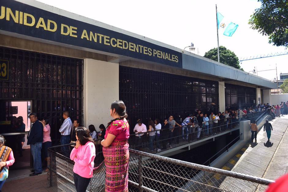 Largas filas se observan para obtener los documentos legales. (Foto: Jesús Alfonso/Soy502)