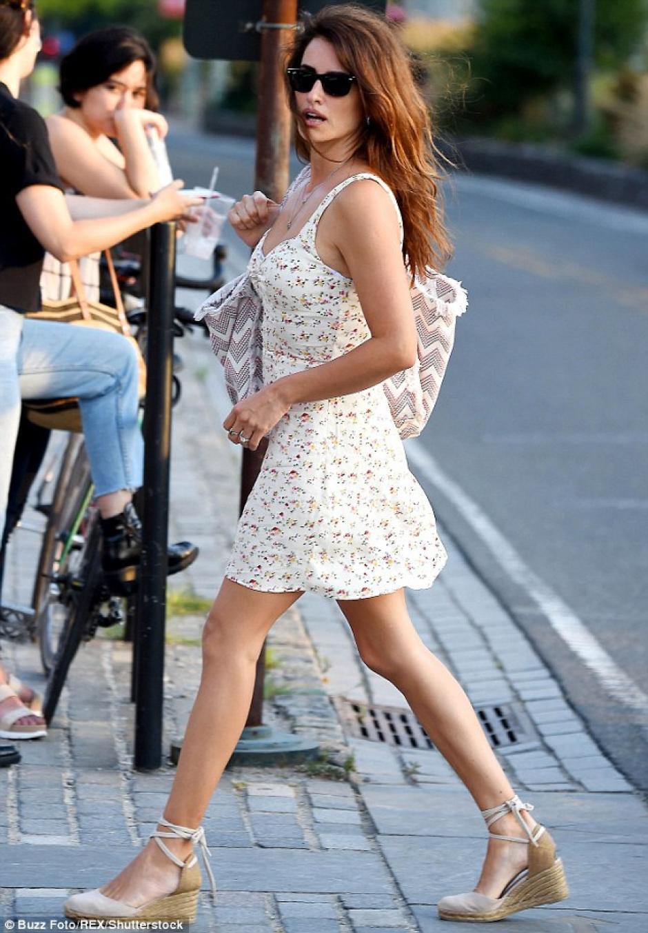 La actriz salió a pasear por Nueva York con un vestido corto. (Foto: Daily Mail)
