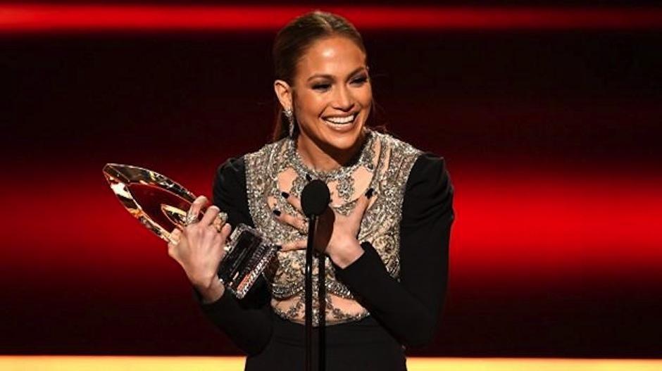 JLo recibió el premio a Actriz de serie de crimen favorita. (Foto: AFP)
