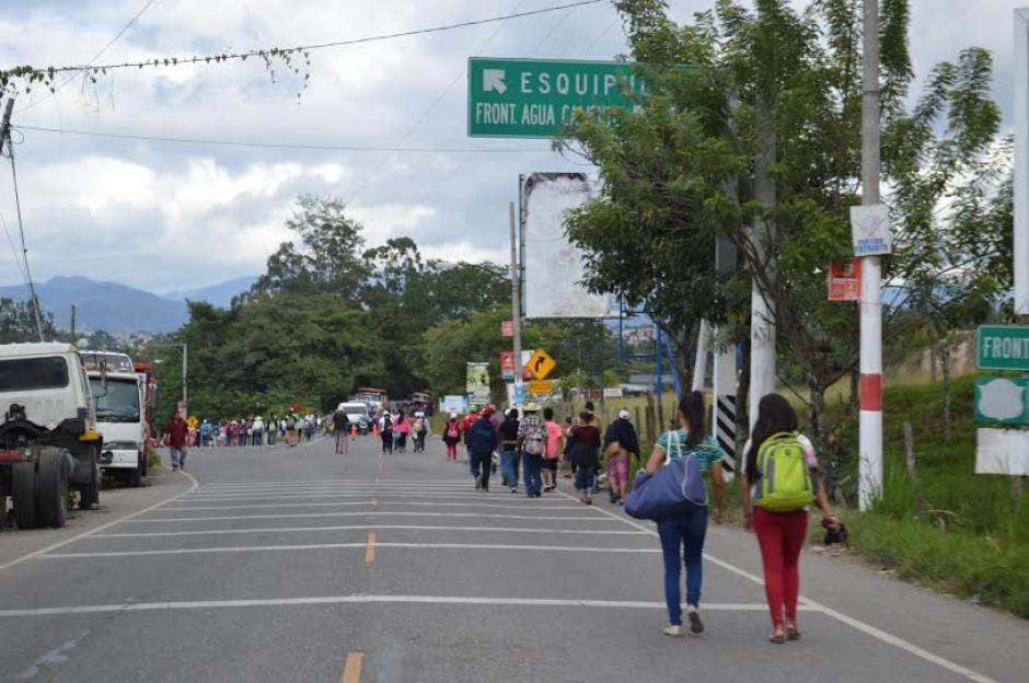 Las personas recorren a pie el trayecto durante varios días para llegar a Esquipulas. (Foto: Marlon Villeda/NuestroDiario)