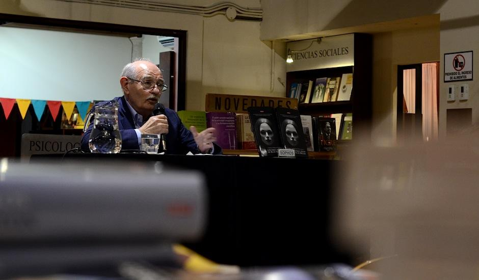 """El escritor tiene alrededor de 10 obras publicadas, entre las que destaca """"Chapinismos del Quijote"""". (Foto: Selene Mejía/Soy502)"""