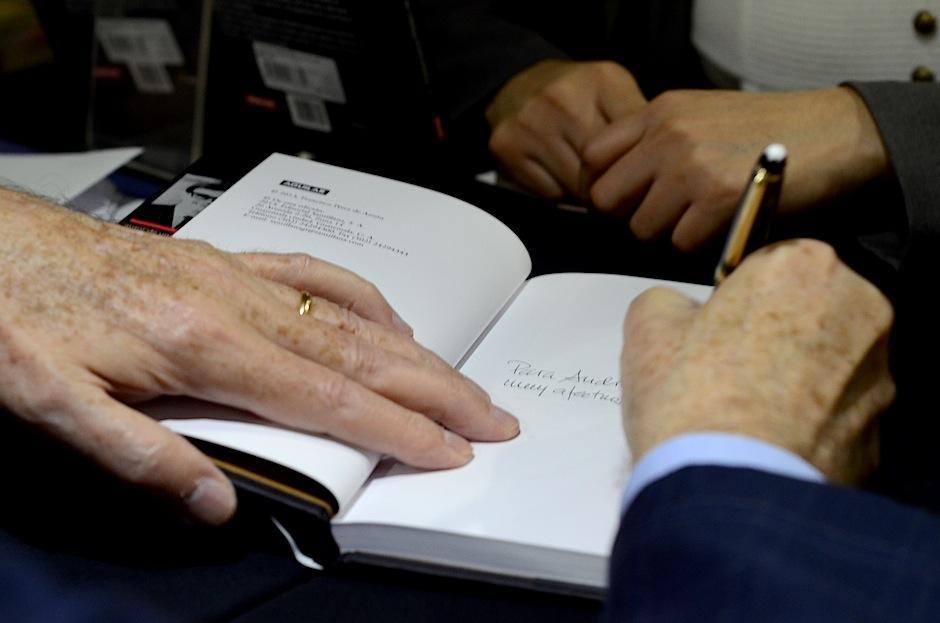Los asistentes aprovecharon el momento para llevar con ellos un autógrafo del famoso literato. (Foto: Selene Mejía/Soy502)
