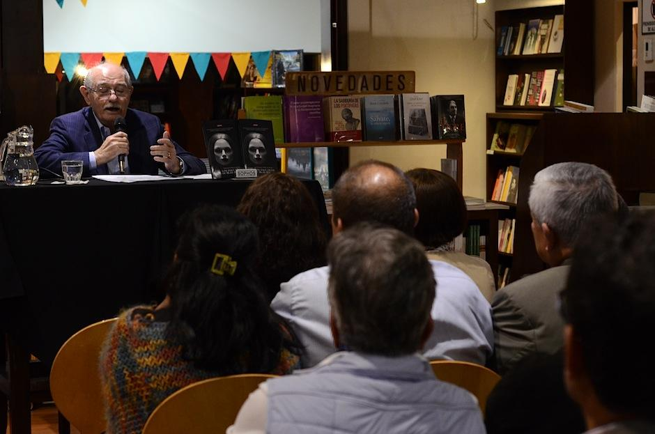 La librería Sophos estaba a reventar durante el conversatorio. (Foto: Selene Mejía/Soy502)
