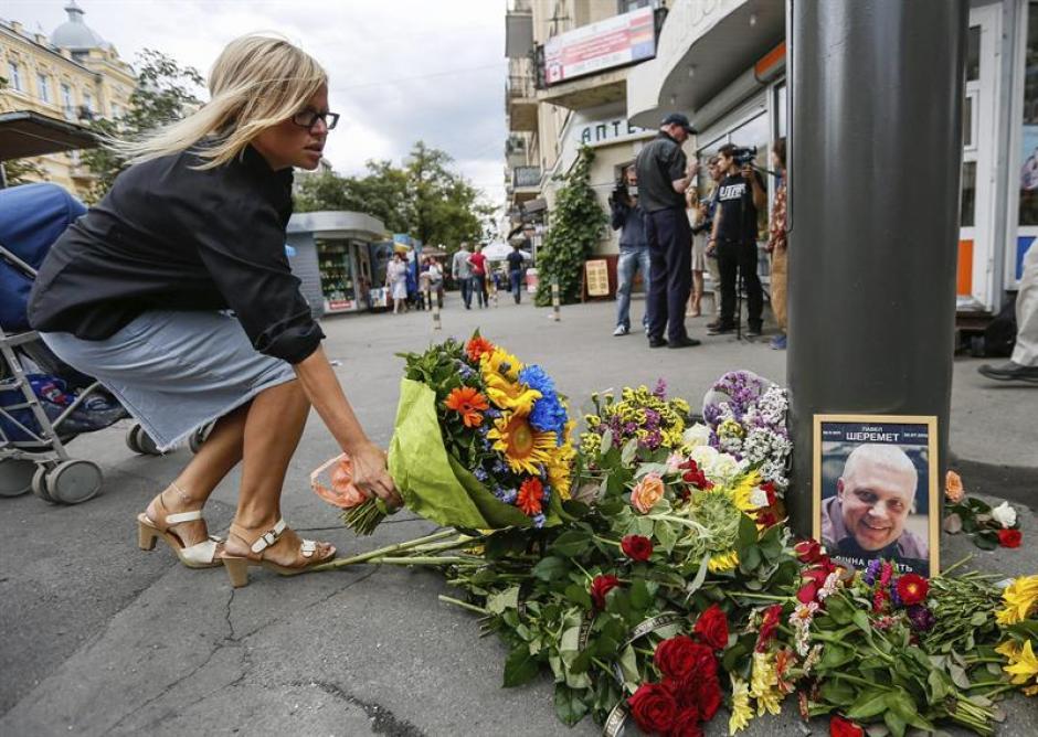 Una mujer deposita flores en el lugar donde el periodista Pável Sheremet fue asesinado. (Foto: Efe)
