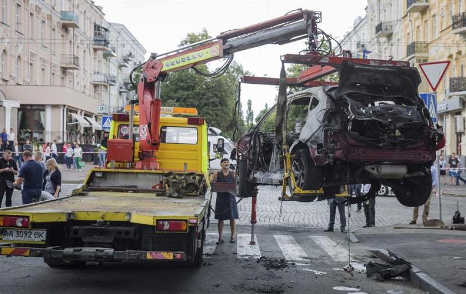 Una grúa retira el automóvil calcinado del periodista ruso Pável Sheremet en Kiev. (Foto: Efe)