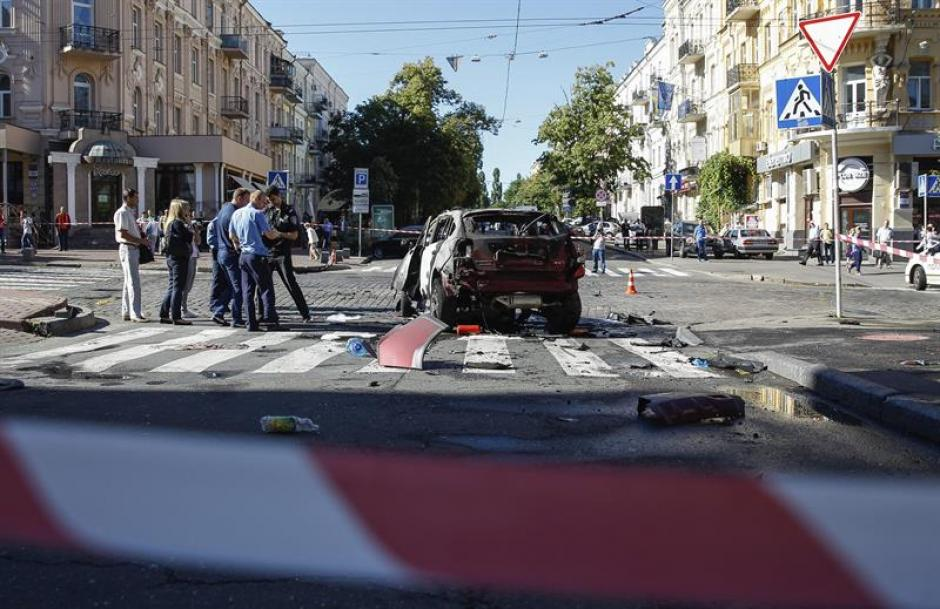 Expertos de la policía ucraniana investigan el automóvil calcinado del periodista ruso Pável Sheremet en Kiev. (Foto: Efe)