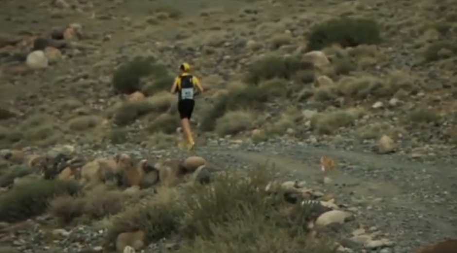 El corredor Dion Leonard en nombre del desierto que cruzaron corriendo. (Foto: YouTube)