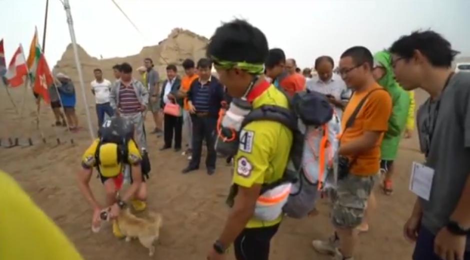 El corredor organizó una campaña para reunir el dinero y poder llevarla a casa. (Foto: YouTube)