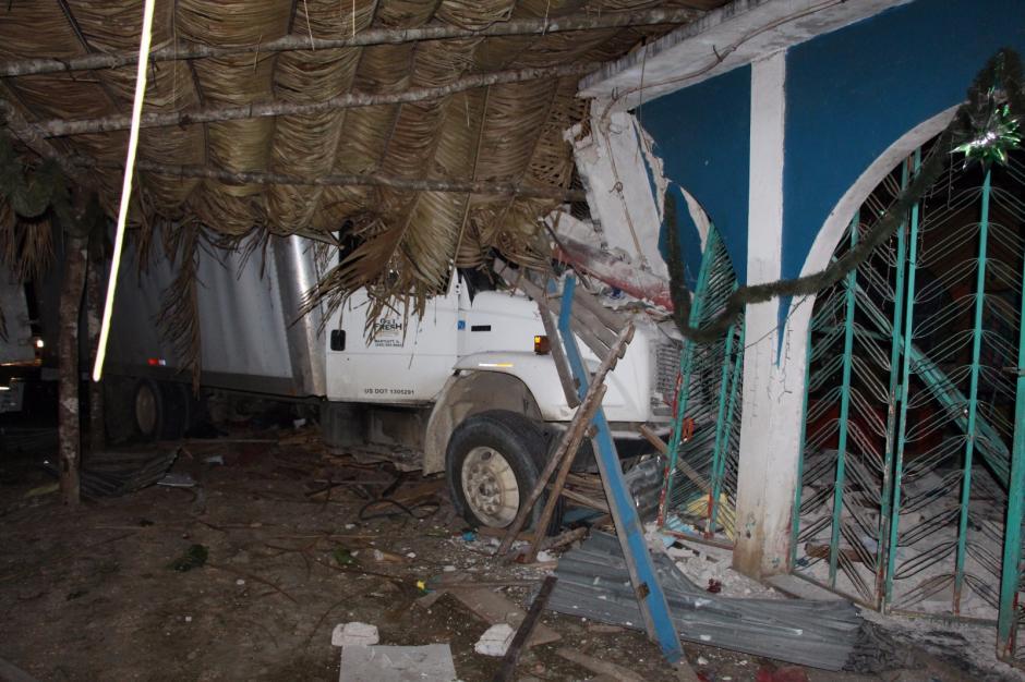 El camión que llevaba los cigarros se empotró en una vivienda durante la persecución. (Foto: PNC)