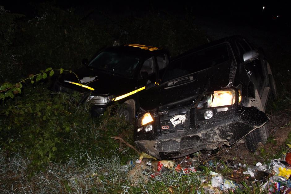 Un vehículo sacó de la cinta asfáltica a una unidad de la PNC. (Foto: PNC)