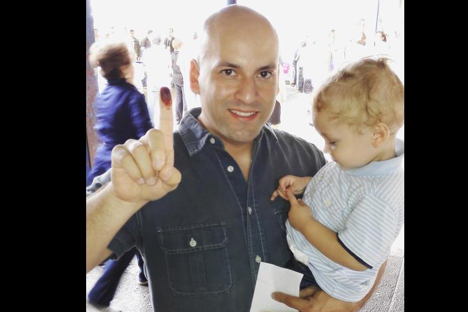 El músico Francis Dávila comparte una foto con su dedo pintado e invita a la población a votar.