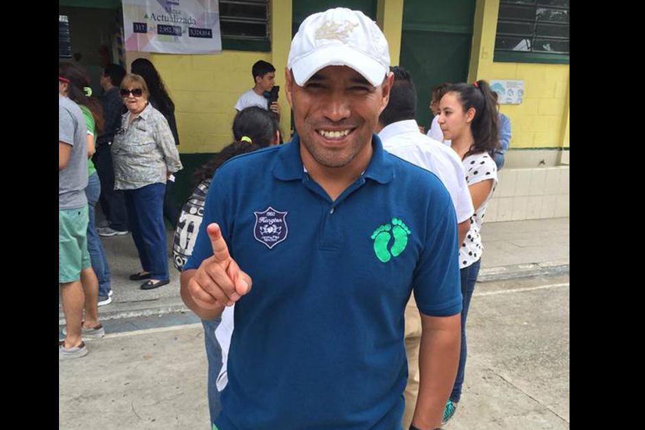 """En la Escuela de Párvulos 67, en zona 5 votó Juan Carlos el """"Pin"""" Plata."""