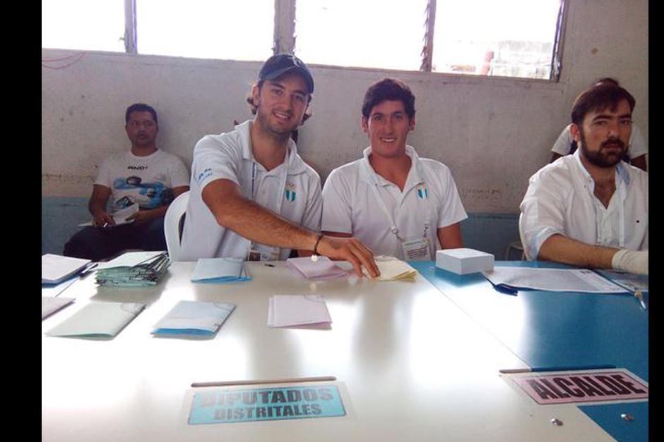 Los velerista a Jason Hess (vocal) y Juan Ignacio Maegli (secretario de mesa) en la zona 11