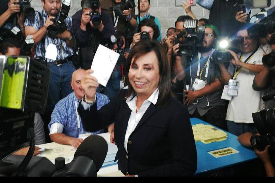 Sandra Torres emite su voto y arremete contra Baldizón y Otto Pérez.