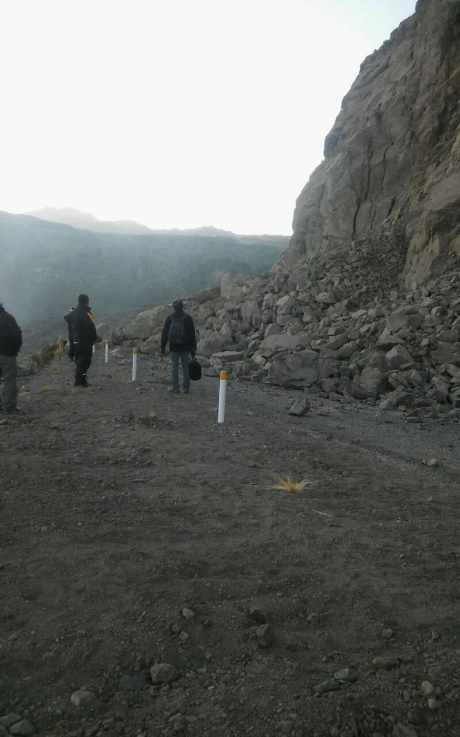 Algunos de los caminos hacia Caylloma quedaron bloqueados por rocas. (Foto: @indeciperu)