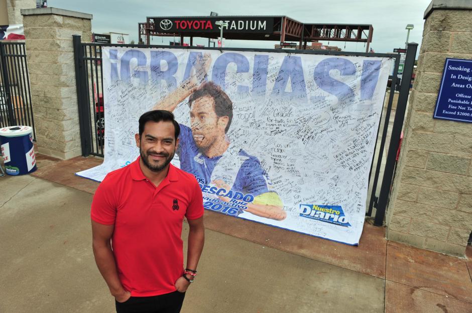 Carlos Ruiz recibió la manta donde le escribieron los guatemaltecos en su último partido. (Foto: Álvaro Yool/Enviado especial de Nuestro Diario)