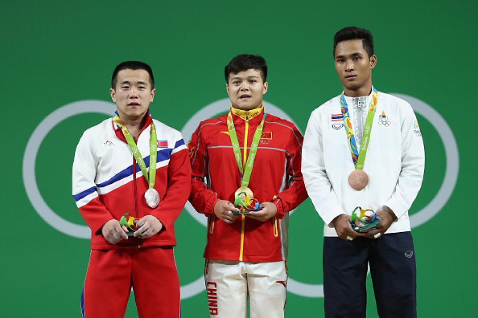 Al centro, el chino Long Qingquan, quien ganó la medalla de oro. (Foto: eldiariony.com)