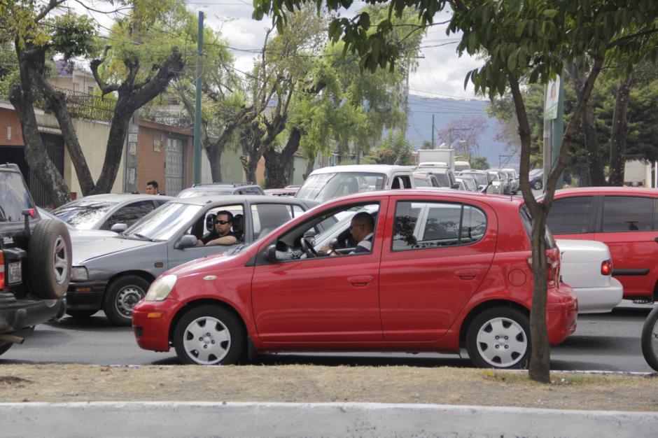 En varias calles de la zona 12 se formaron embudos por el congestionamiento. (Foto: Fredy Hernández/Soy502)