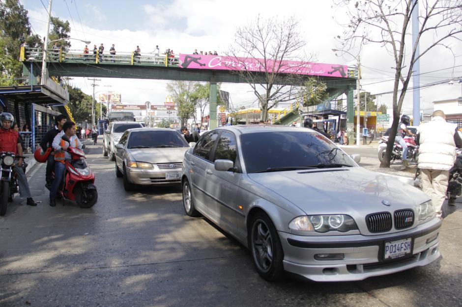 Varios automovilistas pedían que liberaran el paso hacia la zona 21. (Foto: Fredy Hernández/Soy502)