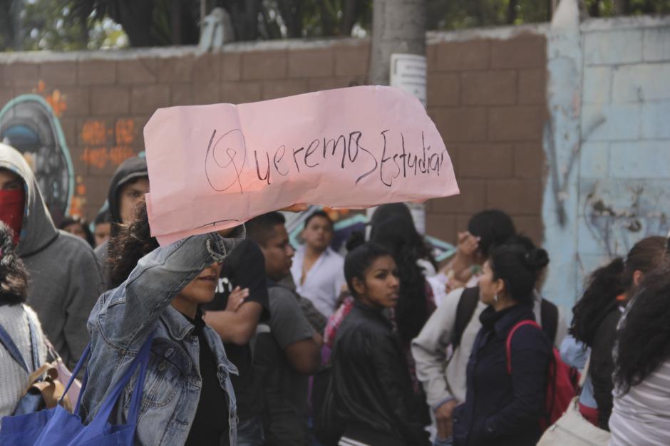 Los estudiantes piden que siete maestros sean reinstalados y se despida al actual director. (Foto: Fredy Hernández/Soy502)