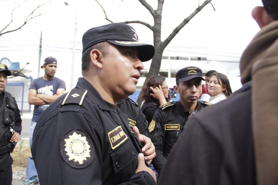 Elementos de la PNC dialogaron con los estudiantes para deponer las medidas que afectaban la movilidad vehicular. (Foto: Fredy Hernández/Soy502)