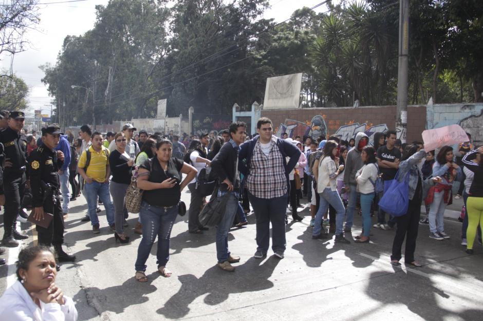 La manifestación frente al instituto Matilde de Rouge provocó el cierre de la Avenida Petapa por dos horas. (Foto: Fredy Hernández/Soy502)