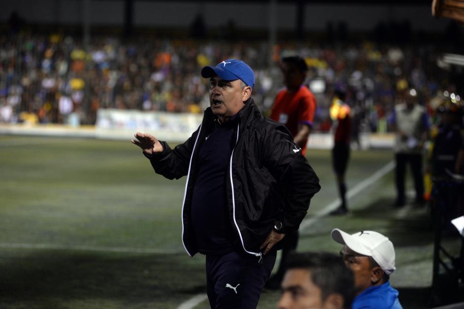 El técnico de Comunicaciones, Willy Olivera, vivió el partido a su manera desde el banquillo de los cremas.(Foto: Nuestro Diario)