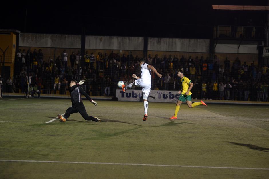 Rolando Blackburn tuvo dos llegadas claras en el primer tiempo. En la acción el portero costarricense Minor Álvarez le atajó un remate.(Foto: Nuestro Diario)