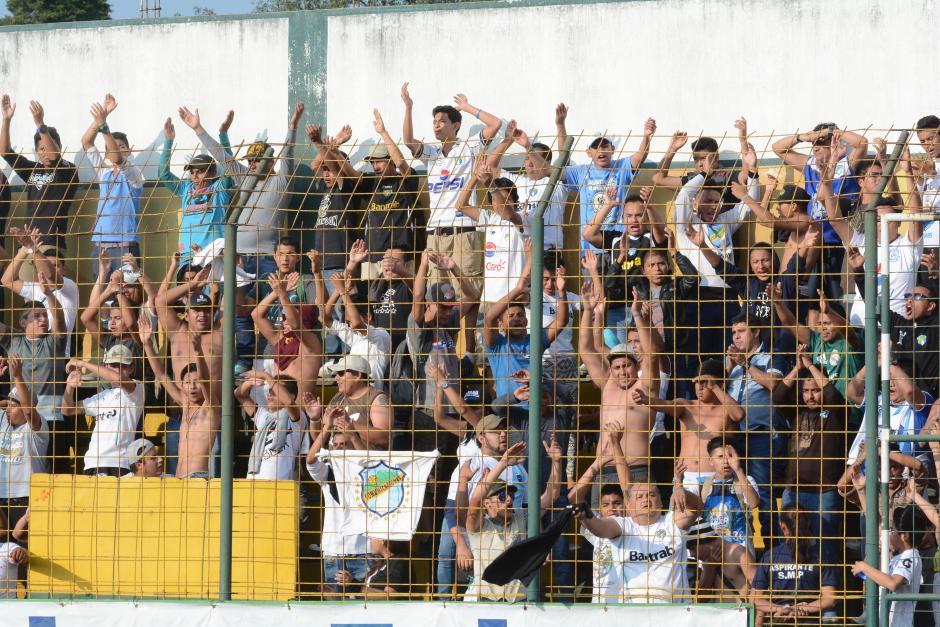 Algunos integrantes de la barra de Comunicaciones, Ultra Sur, ingresaron al estadio Julio Armando Cóbar. (Foto: Nuestro Diario)