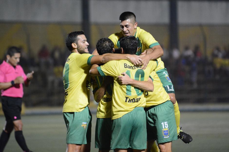 Dos de Apellaniz, dos de Ignacio Flores, más un tanto de Manuel Soto y Yimi Villatoro hicieron los goles de Petapa. (Foto: Nuestro Diario)