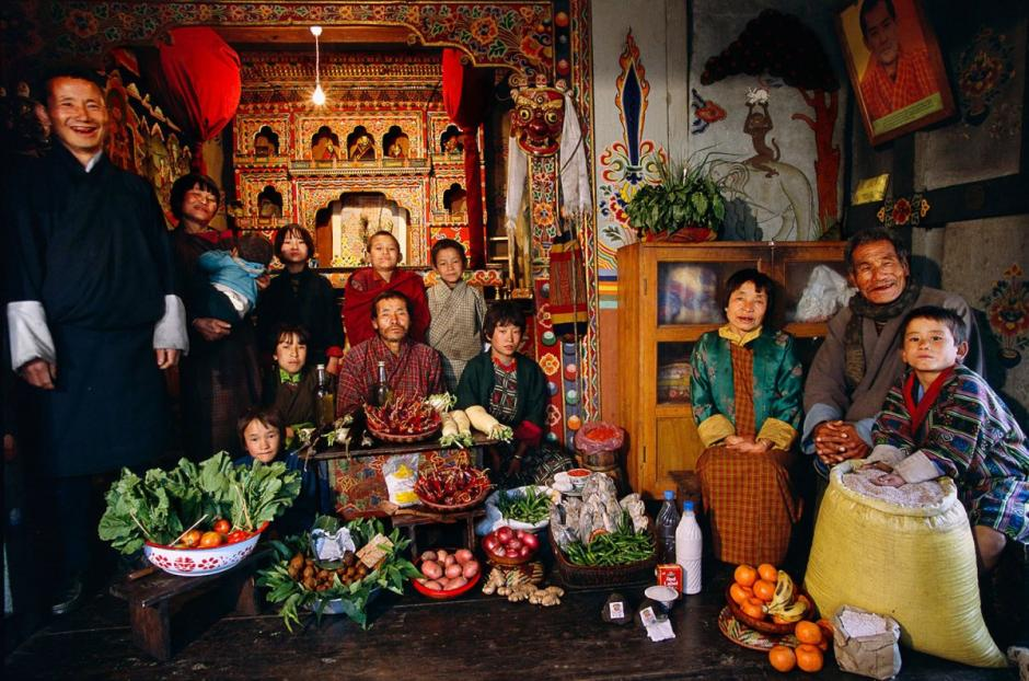 """La familia """"Namgay"""" en el Reino de Bután, país asiático, gasta $5.03 USD. La familia de 13 integrantes come hongos, queso y carne de cerdo. (Foto: Hungry Planet)"""
