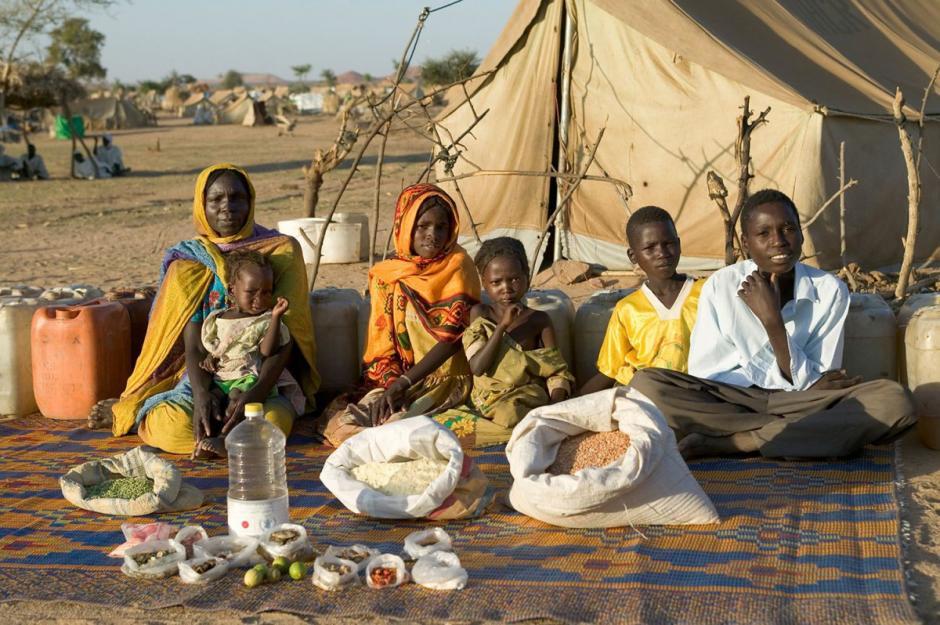 """La familia """"Aboubakar"""" vive en el campo de refugiados Bredjing, en la República de Chad, ubicada en África Central, y come con $1.23 USD a la semana. Su dieta se compone de sopa, granos y carne de oveja. (Foto: Hungry Planet)"""