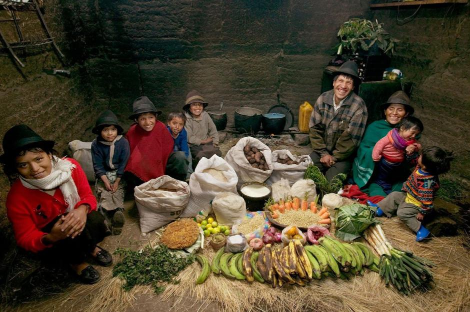 """En Ecuador, la familia """"Ayme"""" gasta $31.55 USD en una semana; su dieta se compone de plátano y sopa de papa con repollo. (Foto: Hungry Planet)"""