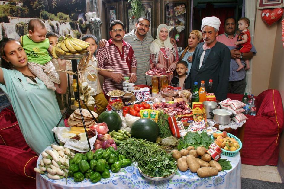 "La familia egipcia ""Ahmed"", integrada por doce personas, gasta $68.53 por semana. (Foto: Hungry Planet)"