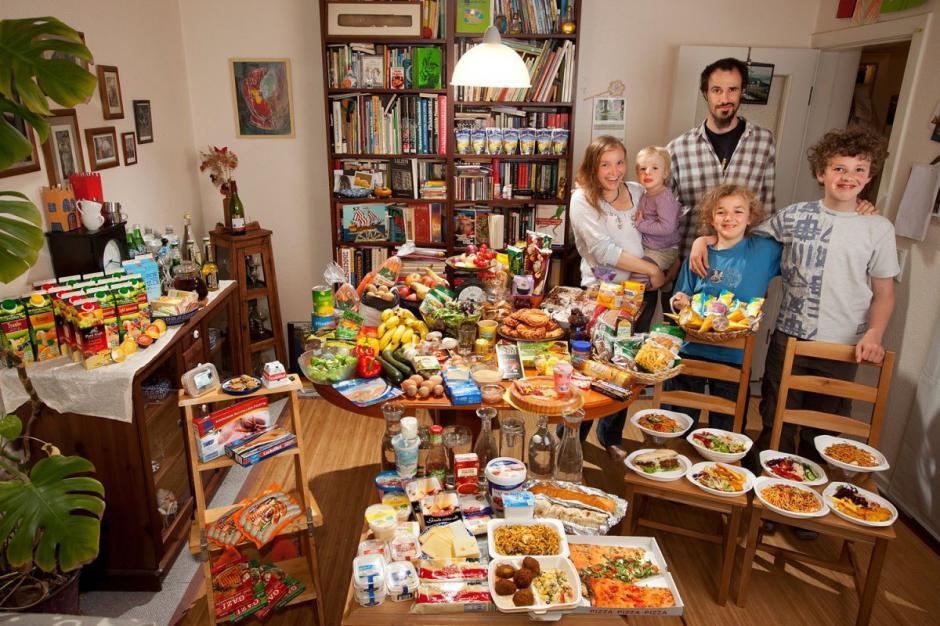 """La familia """"Sturm"""" de Alemania, la última fotografiada por los fotoperiodistas, muestra su consumo de una semana; en total gastan $325.81 USD. (Foto: Hungry Planet)"""