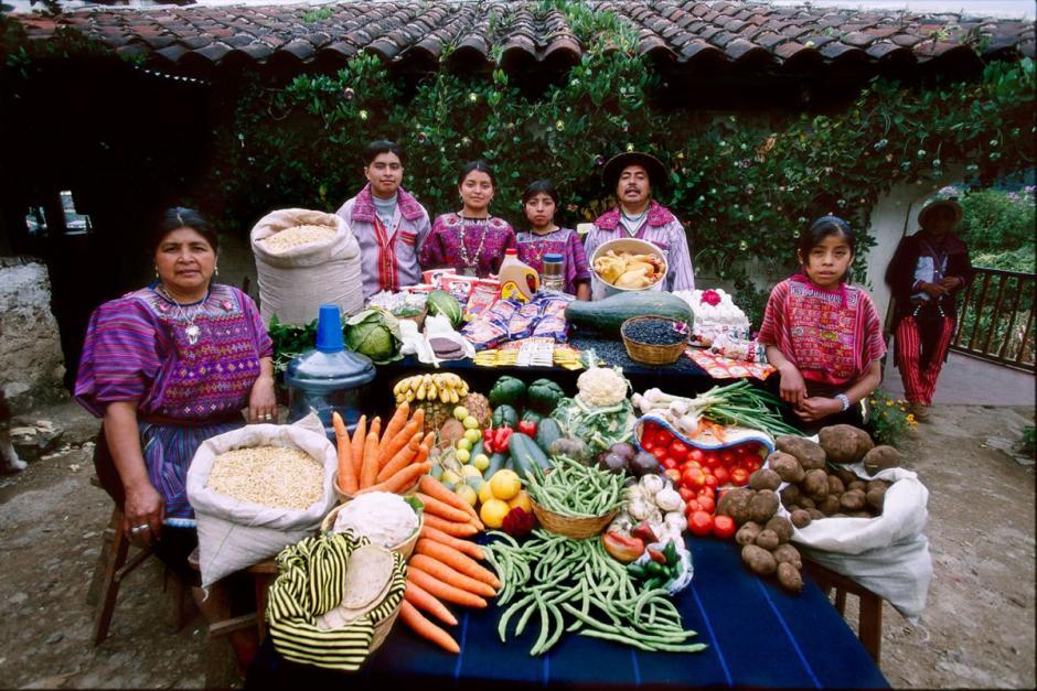 """La familia """"Mendoza"""", de Todos Santos, Cuchumatanes, integrada por 7 personas, gasta Q573 quetzales en la dieta de una semana, compuesta por frutas, verduras y granos básicos. (Foto: Hungry Planet)"""