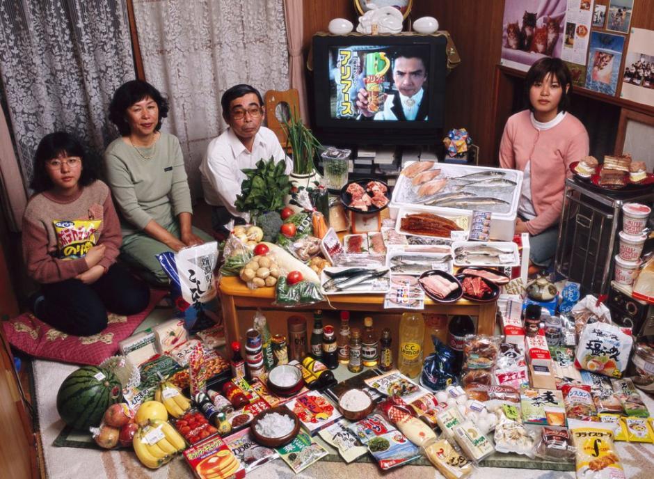 """La familia """"Ukita"""" vive en japón y basa su dieta en productos del mar. Los 4 miembros de la familia gastan 37,699 Yen ($317.25 USD) en una semana. (Foto: Hungry Planet)"""