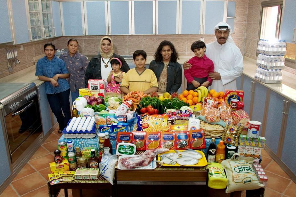 """La familia """"Haggan"""", de Kuwait, gasta $221.45 USD en comida por una semana. Ellos son 8 miembros. (Foto: Hungry Planet)"""