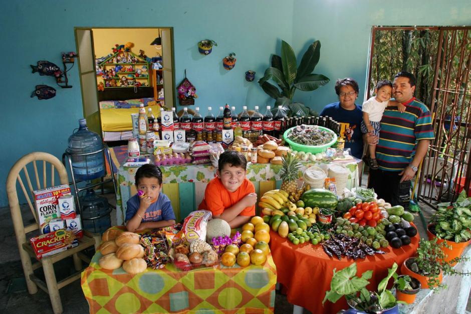 """En México, la familia """"Casales"""" gasta $189.09 USD en una semana. (Foto: Hungry Planet)"""