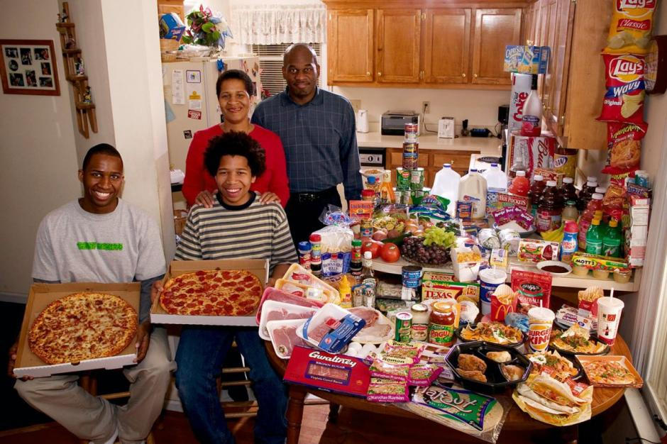 """La familia estadounidense """"Revis"""" gasta $341.98 USD en su comida favorita; la mayoría es comida rápida. (Foto: Hungry Planet)"""