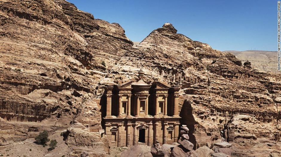 Petra en Jordania es reconocida por muchas personas por las escenas finales de la película de Indiana Jones. Fue tallada hace más de dos mil años.