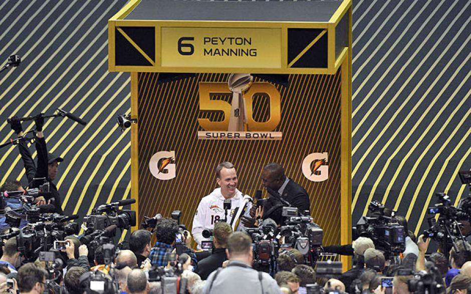"Manning Peyton durante el ""Opening Night"", evento previo al Super Bowl 50. (Foto: cbssports.com)"