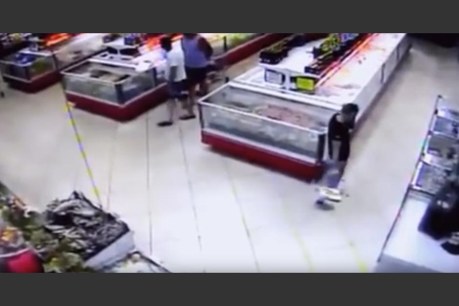 Un hombre camina tranquilo por los pasillos de un supermercado. (Captura de pantalla: John Farrier/YouTube)