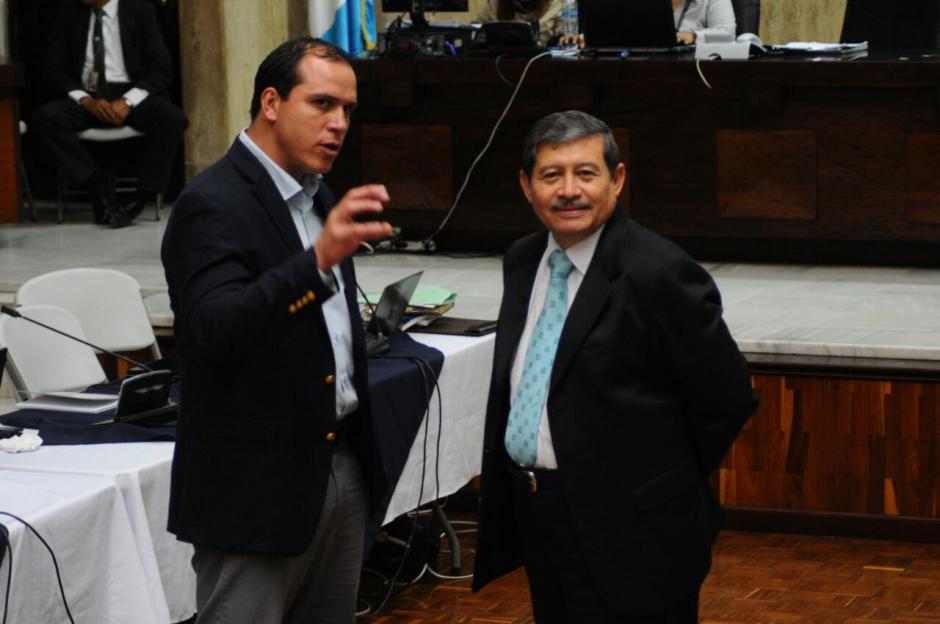 Antes de defenderse habló por varios minutos con su abogado. (Foto: Alejandro Balan/Soy502)