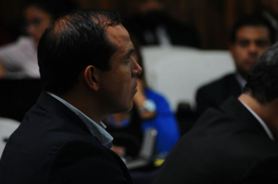 Así se mantuvo Pezzarossi frente al Juez en Tribunales. (Foto: Alejandro Balan/Soy502)