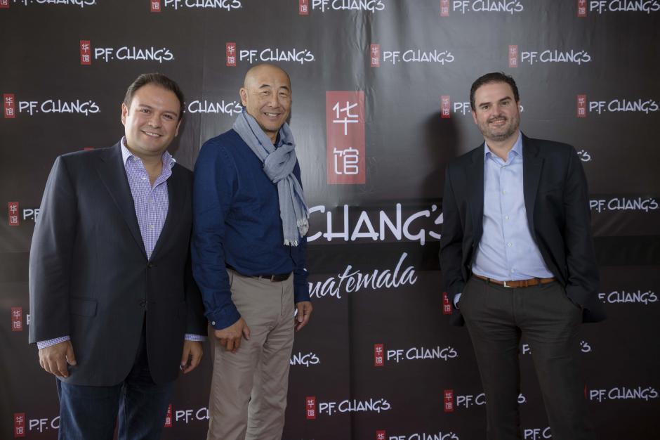 Genaro Pérez, vicepresidente de mercadeo de P.F. Chang´s, Philip Chiang, cofundador de P.F. Chang´s China Bistro y Javier Pacheco, presidente ejecutivo de Enjoy Group, en la inauguración de P.F. Chang´s Guatemala. (Foto: George Rojas /Soy502)