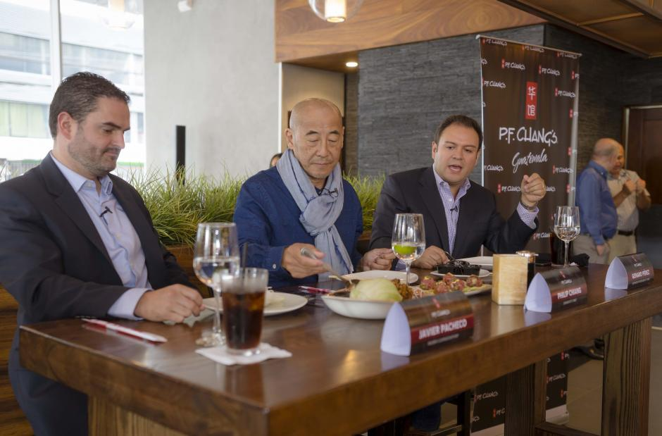 Javier Pachecho, Philip Chiang y Genaro Pérez, mostrando cómo se debe comer cada platillo. (Foto: George Rojas /Soy502)